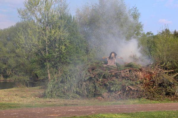 Pálení čarodějnic na hřišti v Topolech